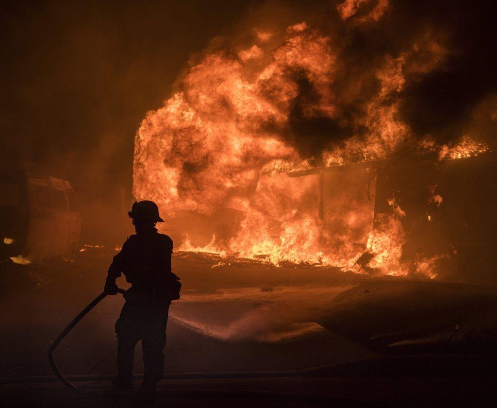 Ventura, 2017. december 5. A kaliforniai Ventura megyében pusztító, lakóépületekre átterjedt erdõtûz oltásában vesz részt egy szakember 2017. december 5-én. Fél nap alatt több mint 12 ezer hektár vált a lángok martalékává és 25 ezer embernek kellett elhagynia az otthonát. (MTI/EPA/John Cetrino)