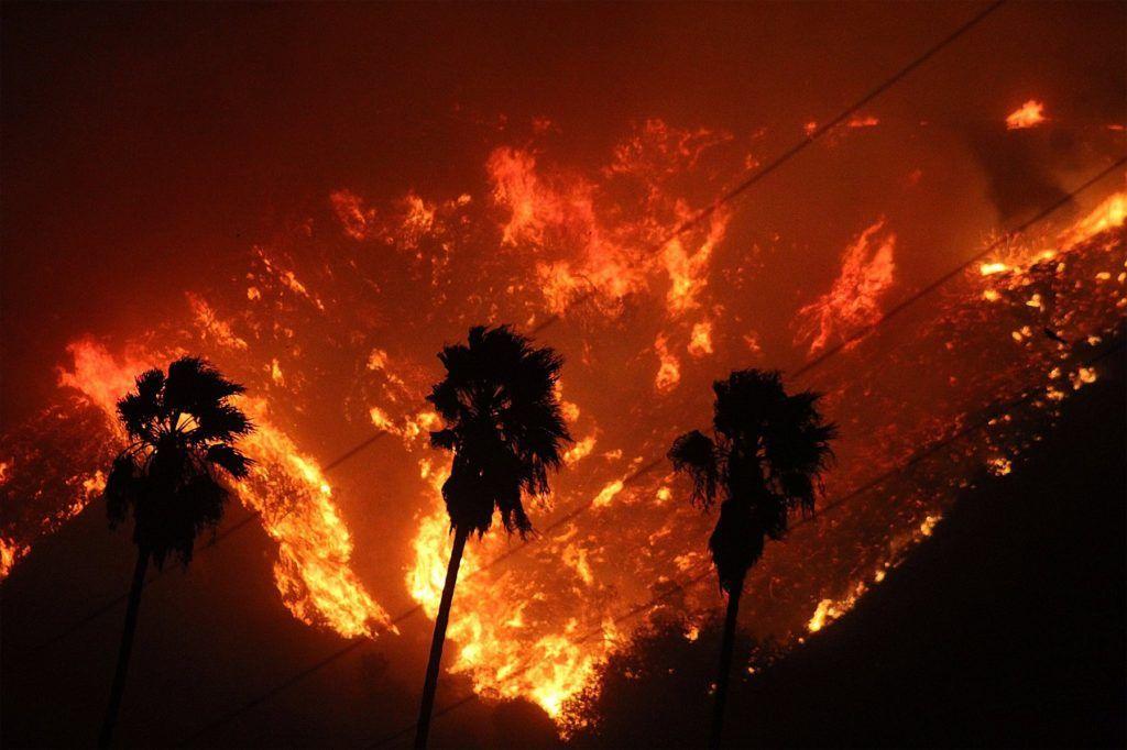 Ventura, 2017. december 5. A Ventura megyei tûzoltóság által 2017. december 5-én közreadott képen erdõtûz pusztít a Kalifornia állambeli Venturában december 4-én. Eddig több mint 12 ezer hektár vált a lángok martalékává és 25 ezer embernek kellett elhagynia otthonát. (MTI/EPA/Ventura megyei tûzoltóság)