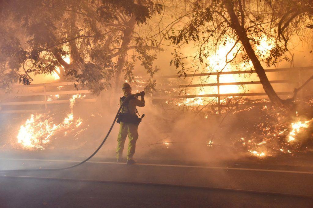 Santa Paula, 2017. december 5. A Ventura megyei tûzoltóság által közreadott képen tûzoltó locsolja a lángokat Santa Paulában a kaliforniai megyében pusztító erdõtûz idején, 2017. december 5-én. Fél nap alatt több mint 12 ezer hektár vált a lángok martalékává és 25 ezer embernek kellett elhagynia az otthonát. (MTI/AP/Ventura megyei tûzoltóság/Ryan Cullom)