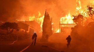 Ventura megye, 2017. december 5. A Ventura megyei tûzoltóság által közreadott képen lángoló lakóházakat locsolnak tûzoltók a kaliforniai megyében pusztító erdõtûz idején, 2017. december 5-én. Fél nap alatt több mint 12 ezer hektár vált a lángok martalékává és 25 ezer embernek kellett elhagynia az otthonát. (MTI/AP/Ventura megyei tûzoltóság/Ryan Cullom)