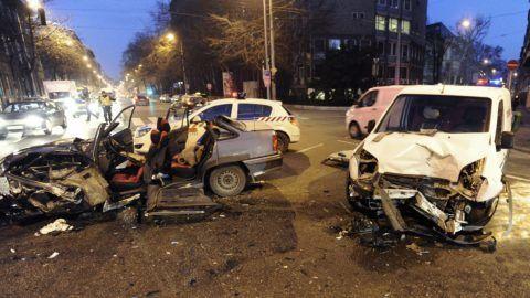 Budapest, 2017. december 18. Összeroncsolódott személyautó a fõváros VIII. kerületében az Üllõi út és Mária utca keresztezõdésénél, miután összeütköztek 2017. december 18-án hajnalban. A balesetben ketten megsérültek, egyikük életveszélyesen, õt a tûzoltók emelték ki a jármûbõl. MTI Fotó: Mihádák Zoltán