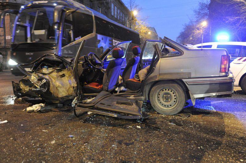 Budapest, 2017. december 18. Összeroncsolódott személygépkocsi a fõváros VIII. kerületében az Üllõi út és Mária utca keresztezõdésénél, miután összeütközött egy másik autóval 2017. december 18-án hajnalban. A balesetben ketten megsérültek, egyikük életveszélyesen, õt a tûzoltók emelték ki a jármûbõl. MTI Fotó: Mihádák Zoltán