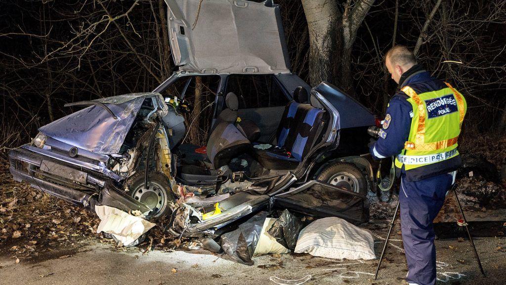 Vámosszabadi, 2017. december 30. Rendõr helyszínel fának csapódott személygépkocsinál a vámosszabadi határátlépési pont közelében egy mellékút mellett 2017. december 30-án. A balesetben a jármû szlovák állampolgárságú vezetõje és utasa a helyszínen életét vesztette. MTI Fotó: Krizsán Csaba