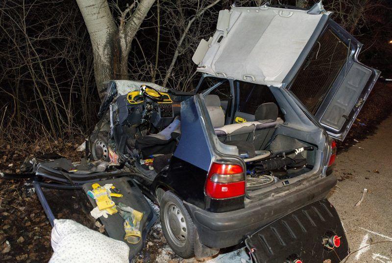 Vámosszabadi, 2017. december 30. Fának csapódott személygépkocsi a vámosszabadi határátlépési pont közelében egy mellékút mellett 2017. december 30-án. A balesetben a jármû szlovák állampolgárságú vezetõje és utasa a helyszínen életét vesztette. MTI Fotó: Krizsán Csaba
