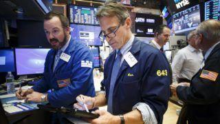 New York, 2017. június 20. Kereskedõk dolgoznak a New York-i Értéktõzsdén 2017. június 19-én záráskor. A 30 vezetõ iparvállalat Dow Jones indexe 0,68 százalékkal nõtt.(MTI/EPA/Justin Lane)