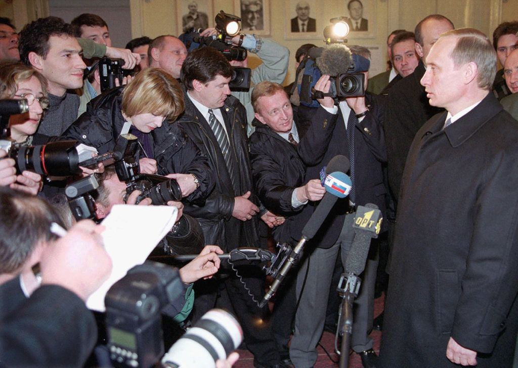 Russian acting President Vladimir Putin (r) is surrounded by journalists after casting his vote in Russian presidential elections in Moscow 26 March 2000. Voters in Moscow and western Russia cast ballots today in presidential elections likely to confirm acting head of state Putin in his post.    / AFP PHOTO / ITAR-TASS / ITAR-TASS