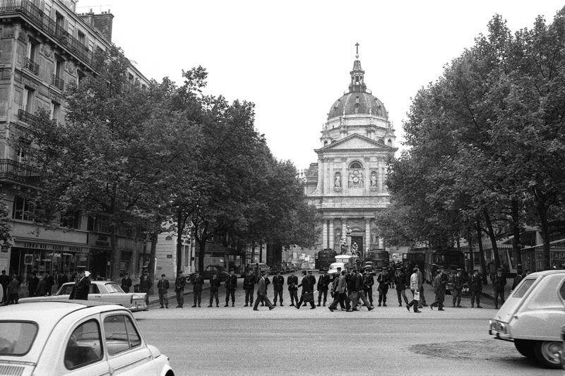 Des  CRS font face aux étudiants qui manifestent sur le boulevard Saint-Michel au Quartier Latin, le 16 juin 1968 ŕ Paris,  peu de temps avant l'évacuation par les forces de l'ordre de l'université de Paris-Sorbonne. / AFP PHOTO / ARCHIVES