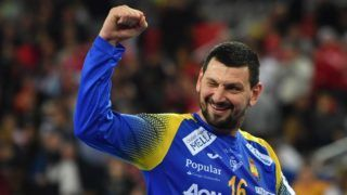 Spain's goalkeeper Arpad Sterbik celebrates winning the final match of the Men's 2018 EHF European Handball Championship between Spain and Sweden on January 28, 2018 in Zagreb.  / AFP PHOTO / Andrej ISAKOVIC
