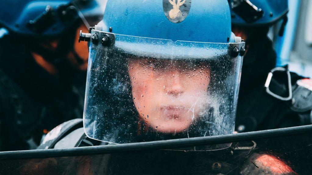A woman crs. On 09/06/16 a woman CRS blocks the demonstrators place of the nation in Paris. Une femme crs. Le 09/06/16 une femme CRS bloque les manifestants place de la nation.