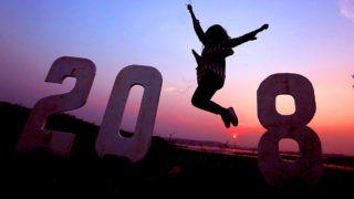Bhopal, 2017. december 31.Az új évet ünnepli egy fiatal nő az indiai Bhopalban 2017. december 31-én. (MTI/EPA/Szandzsív Gupta)