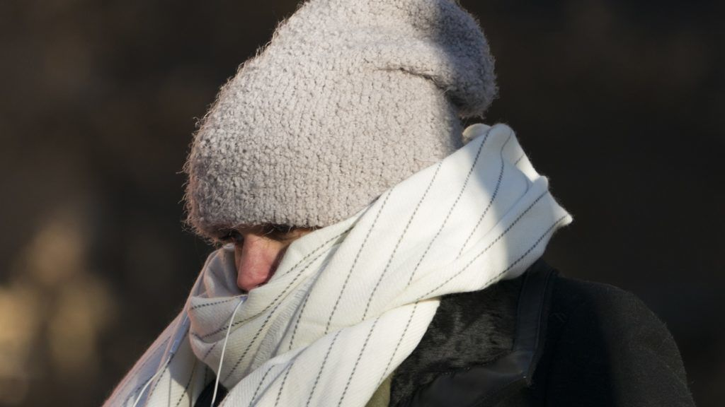 """A woman walks down 50th Street bundled against the cold on December 28, 2017 in New York, as a bitter Arctic chill settled across much of the United States and Canada.  In the US the National Weather Service said that """"dangerously cold temperatures and wind chills"""" were pummelling much of the central and eastern part of the country, with the forecast that one third of the country would experience temperatures hovering around minus 18 C on New Year's Day.   / AFP PHOTO / Don Emmert"""