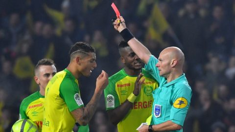 Nantes' Brazilian defender Diego Carlos (2nd L) receives a red card from French referee Tony Chapron during the French L1 football match between Nantes and Paris Saint-Germain (Paris-SG) at La Beaujoire stadium in Nantes, western France, on January 14, 2018. / AFP PHOTO / LOIC VENANCE