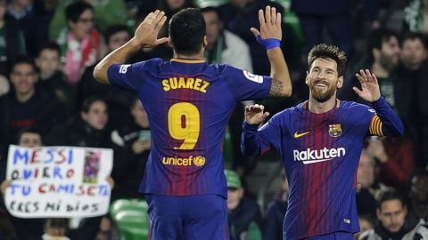Barcelona's Argentinian forward Lionel Messi (R) celebrates with Barcelona's Uruguayan forward Luis Suarez after scoring a goal during the Spanish league football match between Real Betis and FC Barcelona at the Benito Villamarin stadium in Sevilla on January 21, 2018. / AFP PHOTO / CRISTINA QUICLER