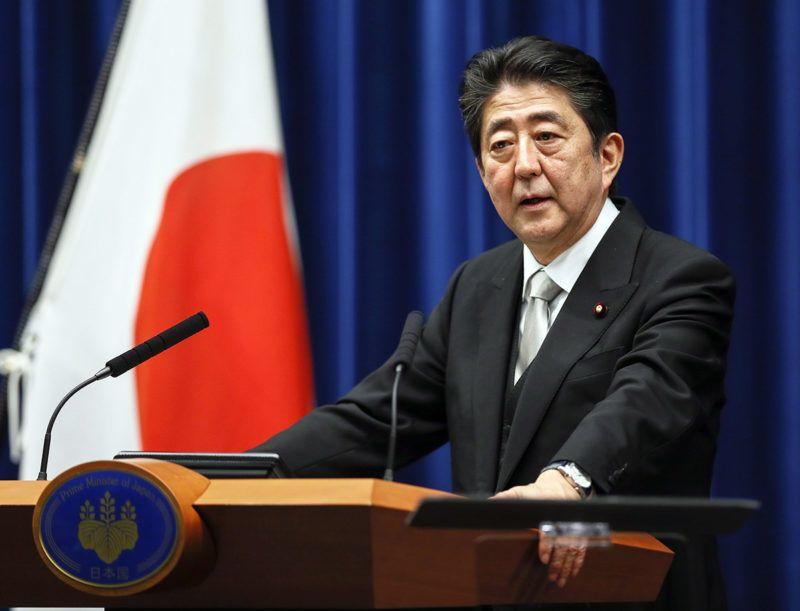 Tokió, 2017. november 1.Abe Sindzó japán miniszterelnök sajtótájékoztatót tart az újraválasztását követően a tokiói kormányfői rezidencián 2017. november 1-jén. Abe pártja, a Liberális Demokrata Párt nyerte az október 22-i képviselőházi választásokat. (MTI/EPA/Majama Kimimasza)