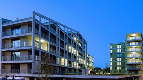 """Debrecen, 2017. szeptember 29. Balra az """"A"""", jobbra a """"C"""" épületszárny. Közel egy év alatt felépült Debrecenben a Dóczy Lakópark három tömbből álló épületegyüttese, a BORD Építész Stúdió tervei alapján, a Dóczy Ingatlanfejlesztő Kft. beruházásában, a HUNÉP Universal Zrt. kivitelezésével. Az építkezés végére a 237 lakás 80 százaléka vevőre talált. A lakóparkban egy időben több mint 500 fő folyamatos lakhatására nyílik lehetőség. Az egyedi homlokzati kialakítású és tömegszerkezetű házba megkezdődött a tulajdonosok és bérlők beköltözése.MTVA/Bizományosi: Oláh Tibor ***************************Kedves Felhasználó!Ez a fotó nem a Duna Médiaszolgáltató Zrt./MTI által készített és kiadott fényképfelvétel, így harmadik személy által támasztott bárminemű – különösen szerzői jogi, szomszédos jogi és személyiségi jogi – igényért a fotó készítője közvetlenül maga áll helyt, az MTVA felelőssége e körben kizárt."""