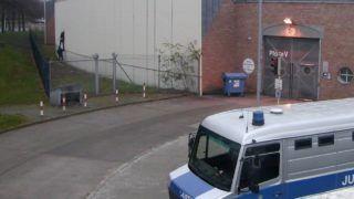 Berlin, 2017. december 28. A berlini igazságügyi hivatal által közreadott, megfigyelõ kamera által készített felvétel a Berlin-Plötzensee börtönbõl megszökõ rabokról 2017. december 28-án. Négy elítéltnek sikerült megszöknie a fegyintézet autójavító mûhelyének kazánházából, aminek a falán egy lyuk tátongott. (MTI/EPA/Berlini igazságügyi hivatal)