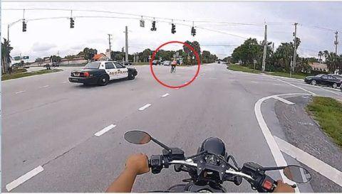 Ilyet is ritkán látni: szabálytalankodó bicajost állítanak meg a rendőrök – videó