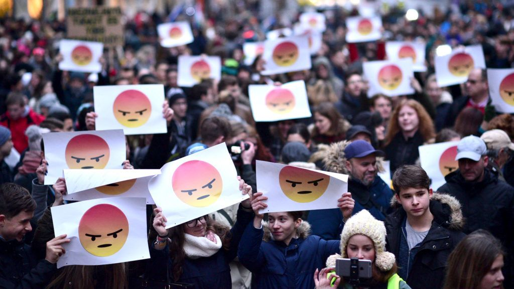 Kétezer diák vonult a parlament elé
