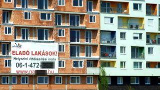 Budapest, 2013. április 21. Új építésû, eladó lakásokat hirdet egy hatalmas plakát a még burkolatlan lakótömb falán. Mellette (j) egy már lakott, új társasházi épület a fõváros IX. kerületében. MTVA/Bizományosi: Jászai Csaba  *************************** Kedves Felhasználó! Az Ön által most kiválasztott fénykép nem képezi az MTI fotókiadásának, valamint az MTVA fotóarchívumának szerves részét. A kép tartalmáért és a szövegért a fotó készítõje vállalja a felelõsséget.