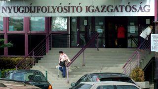 Budapest, 2017. március 20.Idős nyugdíjas nő távozik a Nyugdíjfolyósító Igazgatóság ügyfélszolgálatának épületéből a főváros XIII. kerületében, a Váci út 73-nál.MTVA/Bizományosi: Jászai Csaba ***************************Kedves Felhasználó!Ez a fotó nem a Duna Médiaszolgáltató Zrt./MTI által készített és kiadott fényképfelvétel, így harmadik személy által támasztott bárminemű – különösen szerzői jogi, szomszédos jogi és személyiségi jogi – igényért a fotó készítője közvetlenül maga áll helyt, az MTVA felelőssége e körben kizárt.