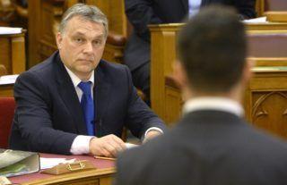 Budapest, 2016. március 21. Vona Gábor, a Jobbik elnöke (háttal) azonnali kérdést tesz fel Orbán Viktor miniszterelnöknek az Országgyûlés plenáris ülésén 2016. március 21-én. MTI Fotó: Kovács Tamás