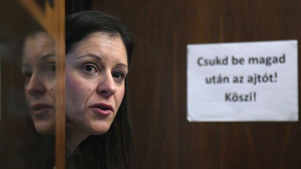 Budapest, 2018. január 25. Szél Bernadett, az Országgyûlés nemzetbiztonsági bizottságának LMP-s tagja frakciója irodájának ajtajában, miután a bizottság ülése határozatképtelenné vált a kormánypárti képviselõk távozása után 2018. január 25-én. MTI Fotó: Kovács Tamás