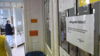 Budapest, 2018. január 28. Az influenzajárvány miatti látogatási tilalomra figyelmeztetõ felirat a Városmajori Szív- és Érgyógyászati Klinikán 2018. január 28-án. A járvánnyal összefüggésben eddig két megyében rendeltek el látogatási tilalmat. A rendelkezés szerint Fejér megye összes egészségügyi intézményében, míg a Jász-Nagykun-Szolnok Megyei Hetényi Géza Kórház-Rendelõintézet csecsemõ- és gyermekosztályán, a szülészet-nõgyógyászati, valamint az aneszteziológiai és intenzív terápiás osztályon vezetik be a látogatási tilalmat. MTI Fotó: Kovács Tamás