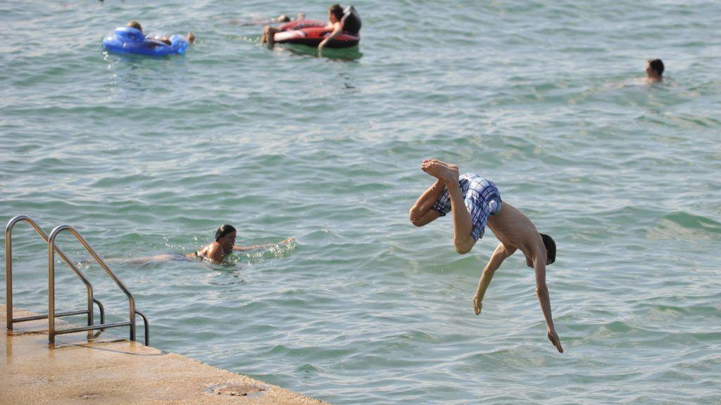 Porec, 2011. július 19. Nyaralók fürdenek a Porechez tartozó Lanterna üdülõfalu strandján, Horvátországban.  MTI Fotó: Cseke Csilla