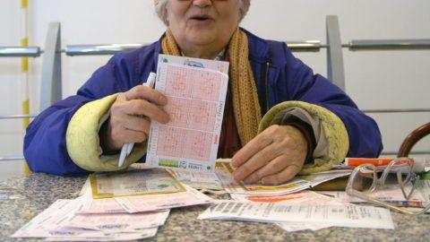 Budapest, 2008. január 11. Egy idõs nõ tölti ki szelvényeit az Oktogonon lévõ fogadóirodában, miután ismét óriási nyeremény, mintegy 2,2 milliárd forint várható a 3. játékhéten az ötös lottón. A játék 50 éve alatt az ötödik legnagyobb lottónyereményt, a csaknem kétmilliárd forintot az elmúlt hétvégén sem sorsolták ki. A szerencsejáték a határon túliakat is csábítja, sokan jönnek át Magyarországra lottózni. MTI Fotó: Honéczy Barnabás