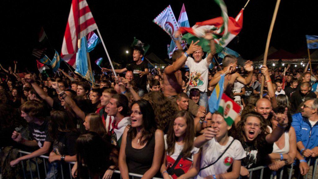 Borzont, 2013. augusztus 10. Közönség a Kárpátia zenekar koncertjén az Erdélyi Magyar Ifjak (EMI) egyesület által szervezett 9. EMI-táborban, a székelyföldi Borzonton 2013. augusztus 9-én. MTI Fotó: Haáz Sándor