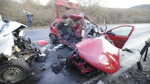 Szár, 2018. január 3. Összeroncsolódott gépjármûvek az 1-es úton Szár közelében, ahol frontálisan összeütközött egy személygépkocsi és egy furgon 2018. február 3-án. A balesetben négyen meghaltak. MTI Fotó: Mihádák Zoltán