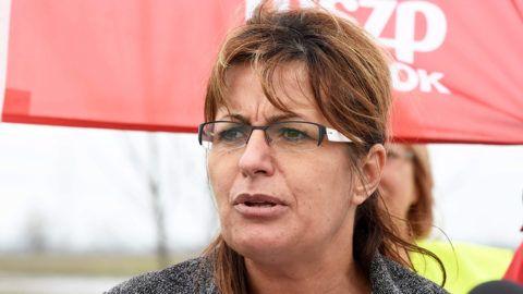 Törökszentmiklós, 2016. április 1.Bangóné Borbély Ildikó, a Magyar Szocialista Párt (MSZP) országgyűlési képviselője a párt forgalomlassító demonstrációján a 4-es főút Szajol és Törökszentmiklós közötti szakaszán 2016. április 1-jén. A szervezők az M4-es autópálya építésének mielőbbi folytatásáért demonstráltak.MTI Fotó: Mészáros János