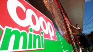 Veszprém, 2012. november 29. Rába Tamás (elöl) és Németh Richárd (hátul), a DRAVA-DEKOR Kft. munkatársai felragasztják a Coop üzletlánc reklámfóliáit a veszprémi Kiskörösi ABC kirakatára 2012 november 29-én. Több mint kétszáz üzlettel bõvül az eddig háromezer bolttal rendelkezõ Coop üzletlánc, miután három új cég csatlakozik a franchise hálózathoz. MTI Fotó: Nagy Lajos