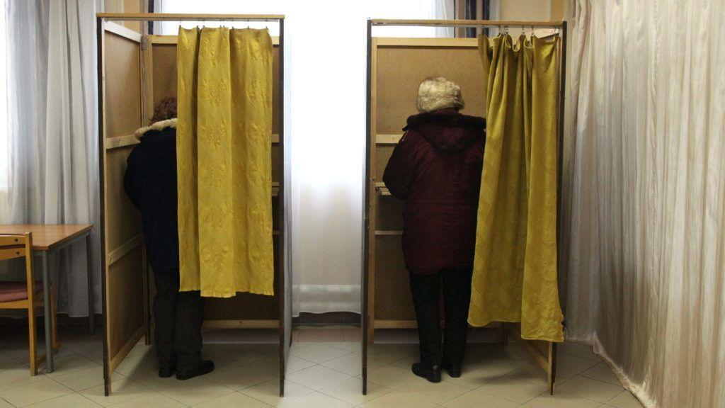 Veszprém, 2015. február 22. Választópolgárok leadják szavazatukat az idõközi országgyûlési választáson Veszprém megye 1-es számú országgyûlési egyéni választókerületében, a veszprémi Táncsics Mihály Szakközépiskolában kialakított szavazókörben 2015. február 22-én. MTI Fotó: Nagy Lajos