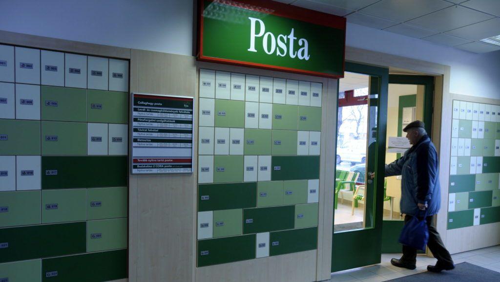 Budapest, 2009. február 24. Egy férfi érkezik egy újonnan átadott postahivatalba egy csillaghegyi üzletközpontban Budapesten. MTI Fotó: Kovács Attila