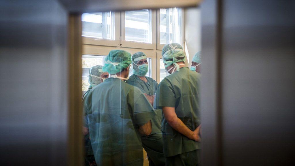 Kiskunfélegyháza, 2017. október 17.Műtét előtti megbeszélés a Bács-Kiskun Megyei Kórház Kiskunfélegyházi Kórház Telephelyén újonnan kialakított egynapos sebészeti osztályon 2017. október 17-én. Ezen a napon kezdődtek meg az osztályon az első műtétek. MTI Fotó: Ujvári Sándor