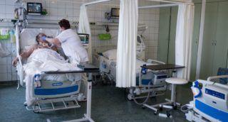 Kecskemét, 2017. november 23. Egy beteget ápolnak a Bács-Kiskun Megyei Kórház újonnan kialakított intenzív betegápolási részlegén Kecskeméten 2017. november 23-án. A fejlesztés a fekvõbeteg szakellátó intézmények támogatására kiírt pályázat segítségével valósult meg.  MTI Fotó: Ujvári Sándor