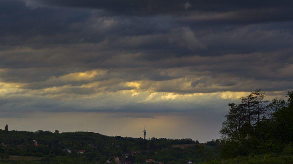 Zalaegerszeg, 2015. május 6. Zivatarfelhõk Zalaegerszeg felett 2015. május 6-án. Késõ délutántól északnyugat felõl több helyen viharossá fokozódó széllel hidegfront érte el az országot, amely este halad át a Duna vonalán, majd a késõ esti, éjféli órákban az ország délkeleti részét is eléri. MTI Fotó: Varga György