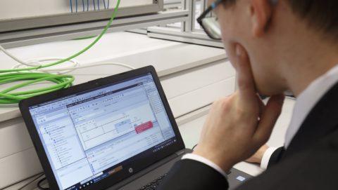 Keszthely, 2018. január 10. Ipari vezérlõ programozását gyakorolja egy tanuló a villamosipari és elektrotechnikai tanulmányokat folytató diákokat szolgáló új tantermek egyikében a keszthelyi Asbóth Sándor szakgimnázium és szakközépiskolában az átadás napján, 2018. január 10-én. A Zalaegerszegi Szakképzési Centrumhoz tartozó intézményben közel 50 millió forintos beruházással olyan mérõtermet, erõsáramú és háztartási hálózatokat szimuláló rendszereket alakítottak ki, amelyek az intelligens, számítógépes vagy akár mobiltelefonos vezérlésre alkalmasak. MTI Fotó: Varga György