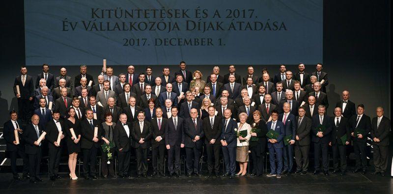 Budapest, 2017. december 1.A kitüntetettek, valamint Varga Mihály nemzetgazdasági miniszter (elöl, b10) és Demján Sándor, a Vállalkozók Országos Szövetségének (VOSZ) elnöke (b11) a VOSZ tizenkilencedik alkalommal megrendezett Vállalkozók napja ünnepségén a fővárosi Müpában 2017. december 1-jén.MTI Fotó: Illyés Tibor
