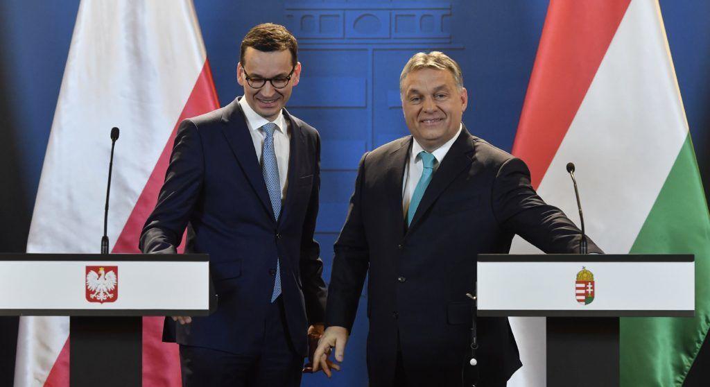 Budapest, 2018. január 3. Orbán Viktor miniszterelnök (j) és Mateusz Morawiecki lengyel kormányfõ a tárgyalásukat követõen tartott sajtótájékoztatón az Országházban 2018. január 3-án. A december 11-én hivatalba lépett új lengyel miniszterelnök elsõ hivatalos külföldi kétoldalú látogatására érkezett Magyarországra. MTI Fotó: Illyés Tibor