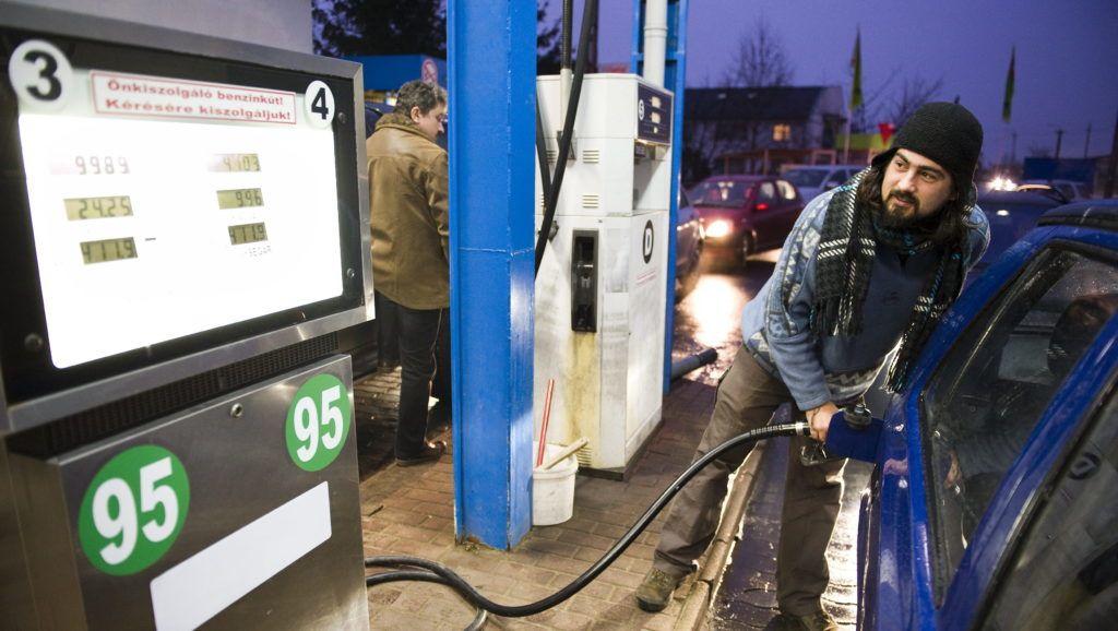 Nyíregyháza, 2012. január 10. Kövesdi Levente tankol autójába Nyíregyháza-Sóstóhegyen az egyik töltõállomásnál a Kemecsei úton. Bruttó 10-10 forinttal emeli a 95-ös benzin, illetve a gázolaj literenkénti nagykereskedelmi árát 2012. január 11-én a Mol, ezzel mindkét üzemanyag ára új történelmi csúcsot ért el. MTI Fotó: Balázs Attila