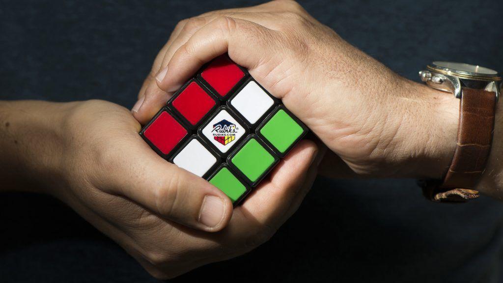 Nyíregyháza, 2016. szeptember 20. Egy férfi játszik a Rubik-kockával Nyíregyházán 2016. szeptember 20-án. A háromdimenziós logikai játék eredeti neve bûvös kocka, amit 1974-ben talált fel ifjabb Rubik Ernõ. MTI Fotó: Balázs Attila