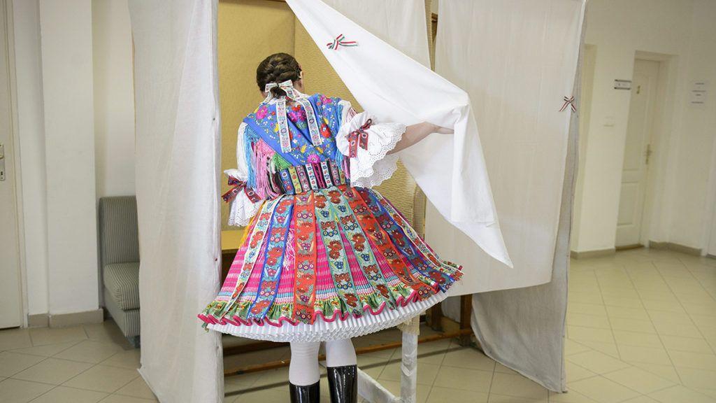 Buják, 2014. október 12.Pálok Tímea bujáki népviseletben szavaz a Glatz Oszkár Művelődési Központban, a 2-es számú szavazókörben az önkormányzati választáson 2014. október 12-én.MTI Fotó: Komka Péter