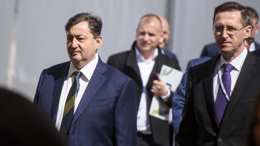 Visonta, 2017. április 24. Mészáros Lõrinc, a Visonta Projekt Kft. tulajdonosa (b) és Varga Mihály nemzetgazdasági miniszter (j) érkezik a cég búzafeldolgozó üzemének alapkõletételére Visontán 2017. április 24-én. Magyarország egyetlen búzakeményítõ gyára épül meg Visontán 93 millió eurós beruházásban, a 33 ezer négyzetméteren épülõ üzem 250 munkahelyet teremt, és további 500 beszállítónak ad munkát 2018 végére. MTI Fotó: Komka Péter
