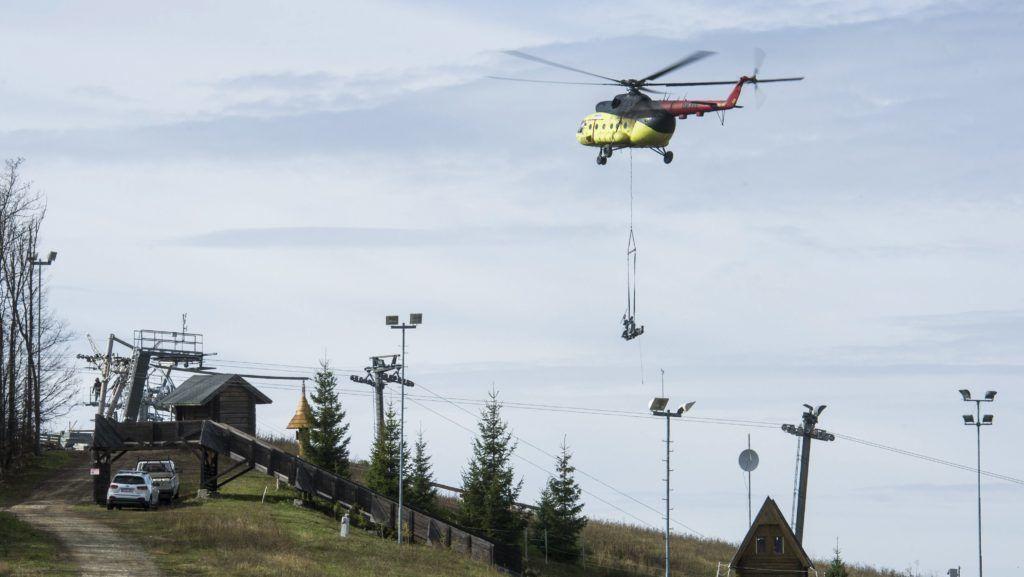 Mátraszentistván, 2017. október 25. Mi-8 típusú helikopterrel emelik helyére a Mátra idei legnagyobb turisztikai beruházása, az új, négyüléses felvonó elemeit a mátraszentistváni síparkban 2017. október 25-én. MTI Fotó: Komka Péter