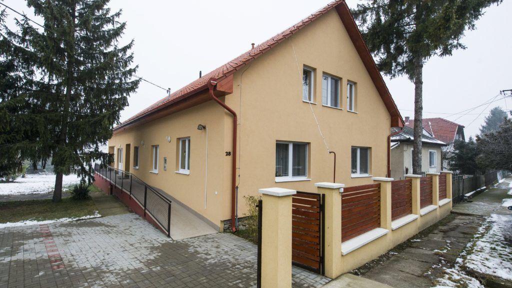 Szilvásvárad, 2017. december 8. A szilvásváradi új támogatott lakhatású (TL) ház 2017. december 8-án. A 77 milliárd forint Európai Uniós támogatásból megvalósult szociális intézmény férõhely-kiváltás lehetõvé teszi, hogy azok a fogyatékkal élõk, akik most 50 férõhelyesnél nagyobb létszámú szociális intézményben élnek, olyan 12 személyes lakóházakba költözhessenek, ahol önállóbban élhetnek. MTI Fotó: Komka Péter