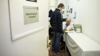 Budapest, 2014. október 17.Egészségügyi vizsgálaton vesz részt egy fiatal önkéntes a Feltöltés 2014 hadkiegészítési rendszergyakorlat interaktív szakmai (sorozó) napján a Magyar Honvédség Hadkiegészítő és Központi Nyilvántartó Parancsnokságán (MH HKNYP) 2014. október 17-én.MTI Fotó: Koszticsák Szilárd