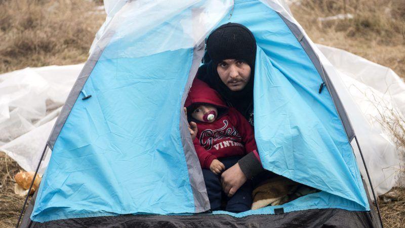 Szabadka, 2015. január 9. Afgán menekültek az ideiglenes szállásukon Szabadka határában 2015. január 9-én. A menekültek embercsempészekre várnak, hogy illegálisan átlépjék Magyarország határát, amely egyben az EU schengeni határvonala is. MTI Fotó: Koszticsák Szilárd