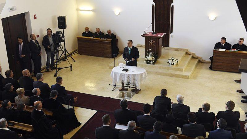 Szászfenes, 2017. október 1.Orbán Viktor miniszterelnök beszédet mond az erdélyi Szászfenes református templomának avatóünnepségén 2017. október 1-jén.MTI Fotó: Koszticsák Szilárd